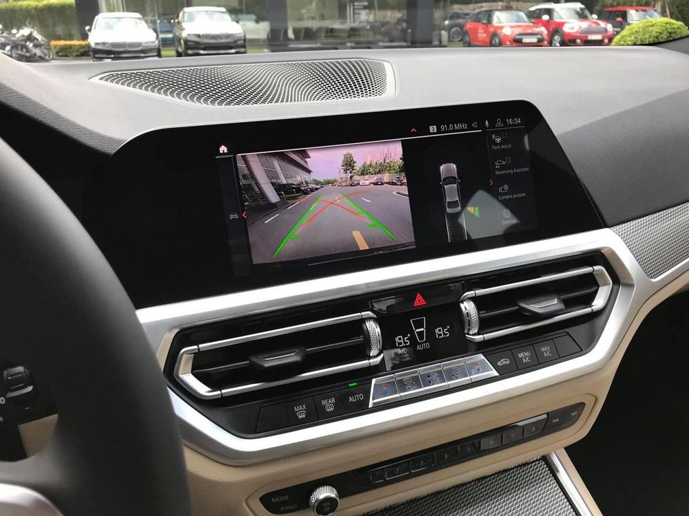 Màn hình cảm ứng 10,25 inch sử dụng hệ điều hành BMW 7.0 tích hợp công nghệ Reversing Assistant hỗ trợ lùi xe tiện dụng
