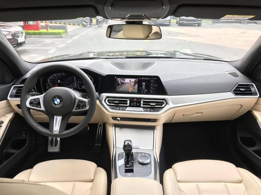BMW 330i 2020 về Việt Nam dù sở hữu gói trang bị M Sport thể thao nhưng lại bị cắt mất lẫy chuyển số cũng như loa Harman Kardon