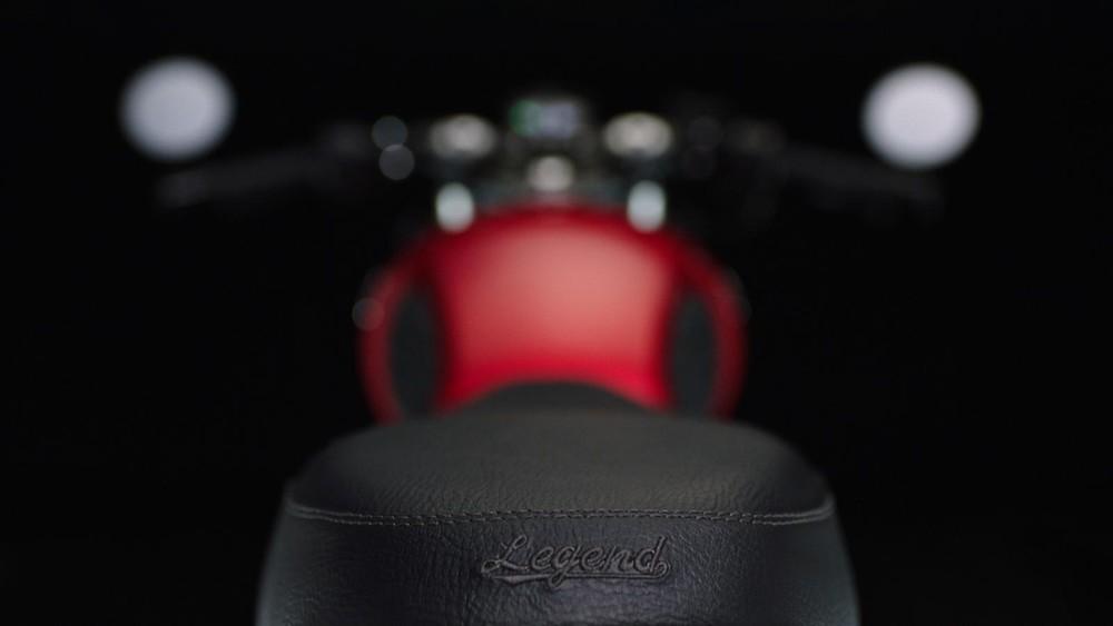 Yên xe có độ hoàn thiện cao với da yên loại tốt, được dập nổi Logo Legend ở đuôi yên
