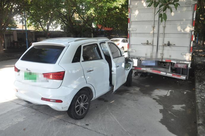Chiếc SUV màu trắng tông trúng đuôi chiếc ô tô tải đang đỗ bên đường