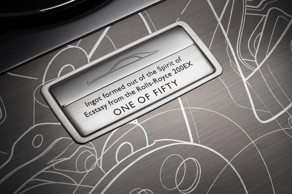 Thẻ tên thể hiện phiên bản giới hạn trên trung tâm bảng điều khiển được đúc lại từ biểu tượng Spirtit of Ecstasy