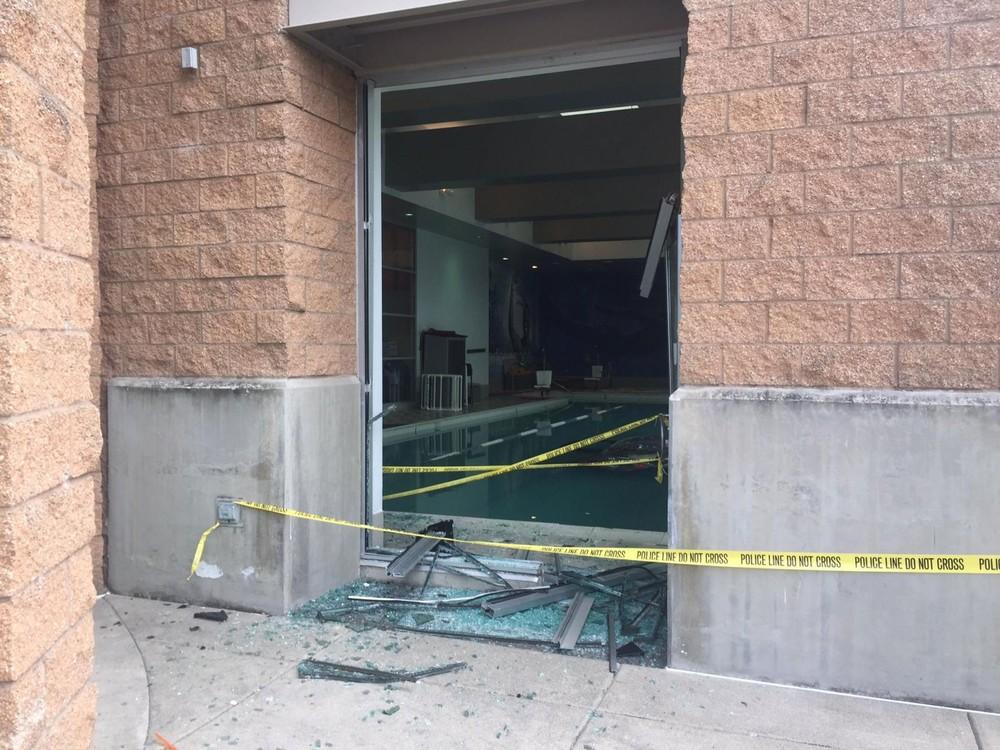 Lối cửa sổ bị vỡ của khu vực bể bơi