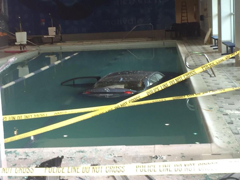 Hình ảnh chiếc Toyota nằm dưới bể bơi