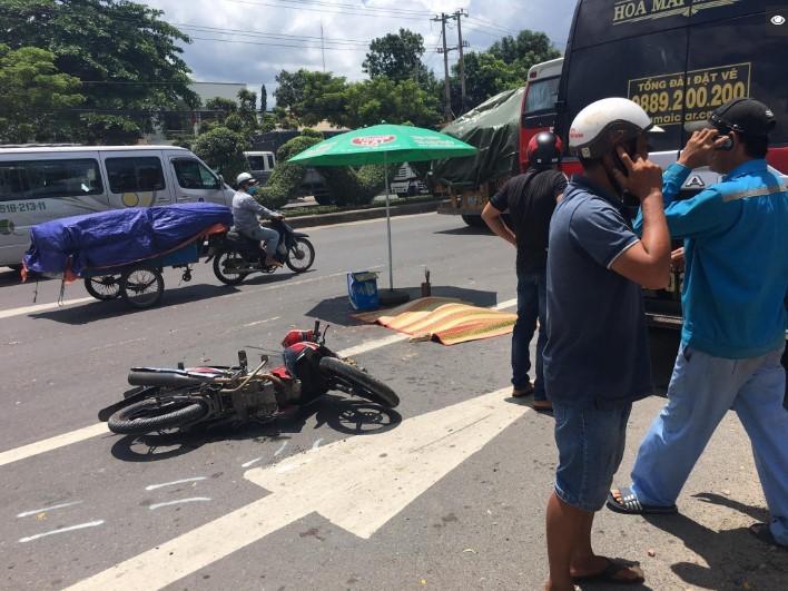 Chiếc xe máy còn lại nằm đổ ngay gần chiếc xe khách đón trả khách dọc đường