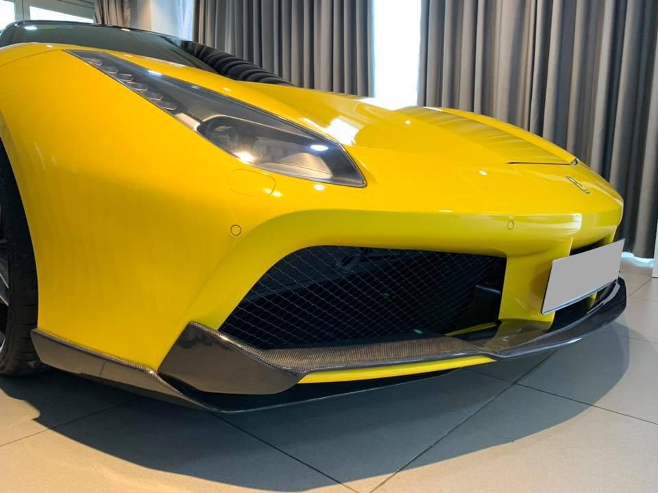 Bản độ của siêu xe Ferrari 488 GTB màu vàng bao gồm cản va trước bằng carbon