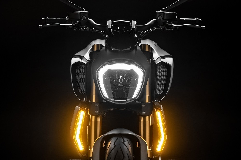 Hệ thống đèn pha và xi nhan LED được thiết kế đỉnh cao trên Diavel 1260