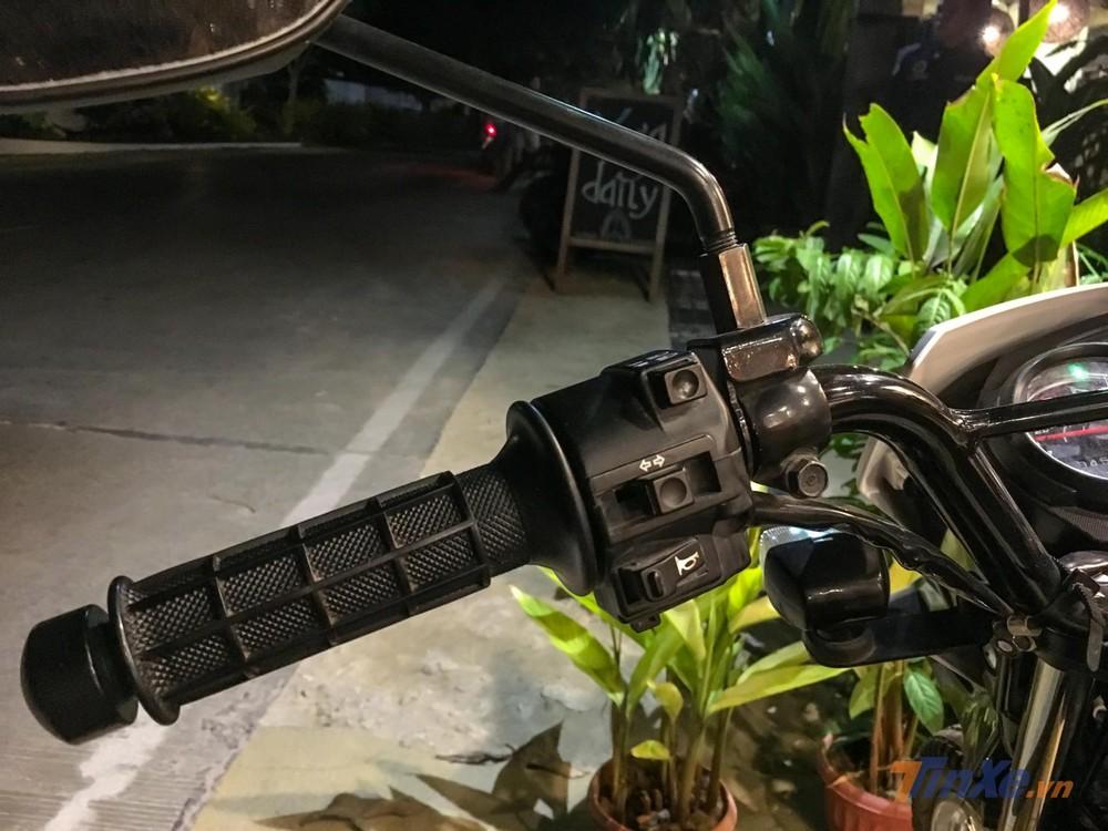 Cặp cùm điều khiển của Honda XRM 125 FI trông khá cơ bản và theo thiết kế cũ