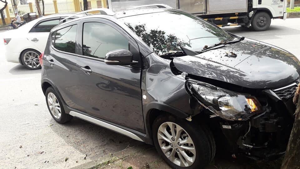 Chiếc xe VinFast Fadil bị biến dạng hoàn toàn phần đầu xe sau khi bị va chạm, túi khí của xe không bung.