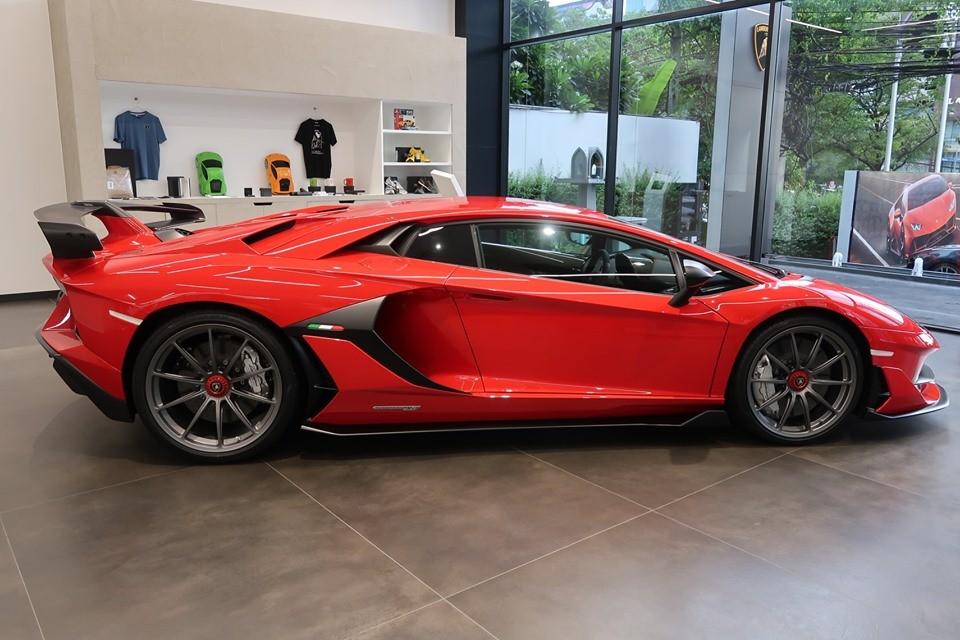 Chiếc siêu xe Lamborghini Aventador SVJ này có màu đỏ Rosso Mars