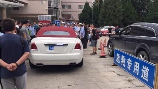 Chiếc xe siêu sang Rolls-Royce Dawn mui trần đắt đỏ đỗ ngay vị trí làn đường dành cho xe cấp cứu của bệnh viện