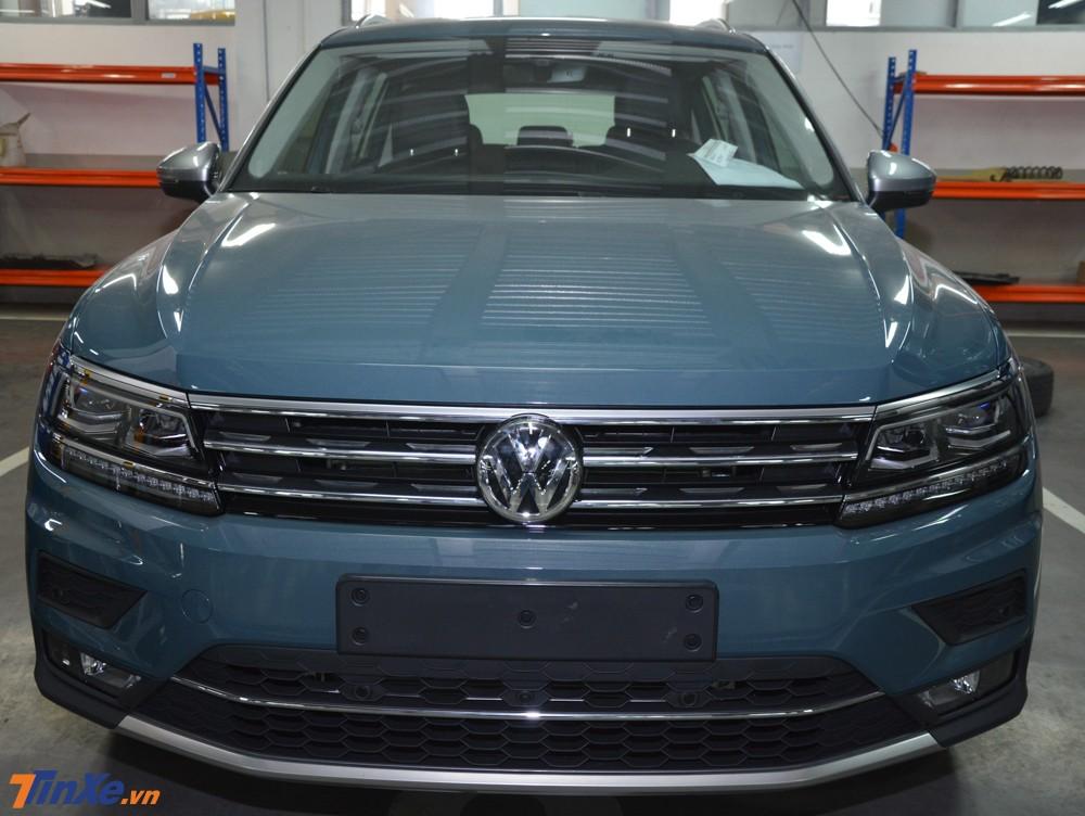 Điểm khác biệt duy nhất ở bên ngoài của Volkswagen Tiguan Allspace Luxury chính là màu sơn xanh Petroleum Metalic