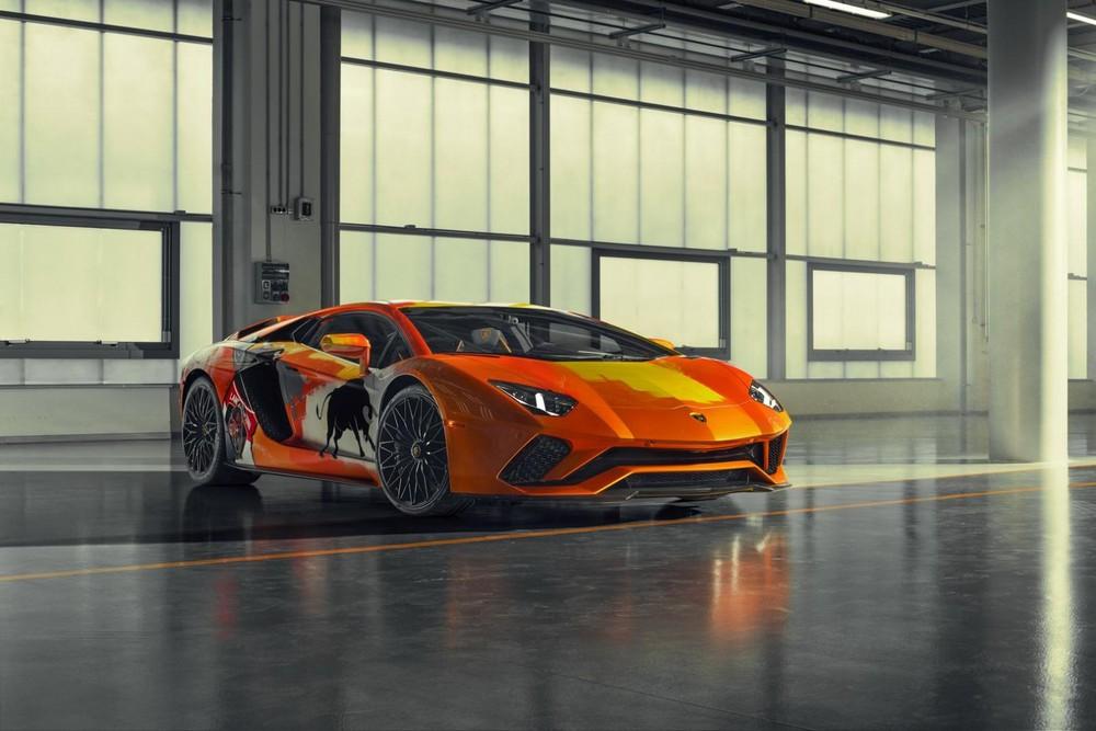 Chiếc xe có màu cam làm nền chínhvới họa tiết vô cùng đặc biệt