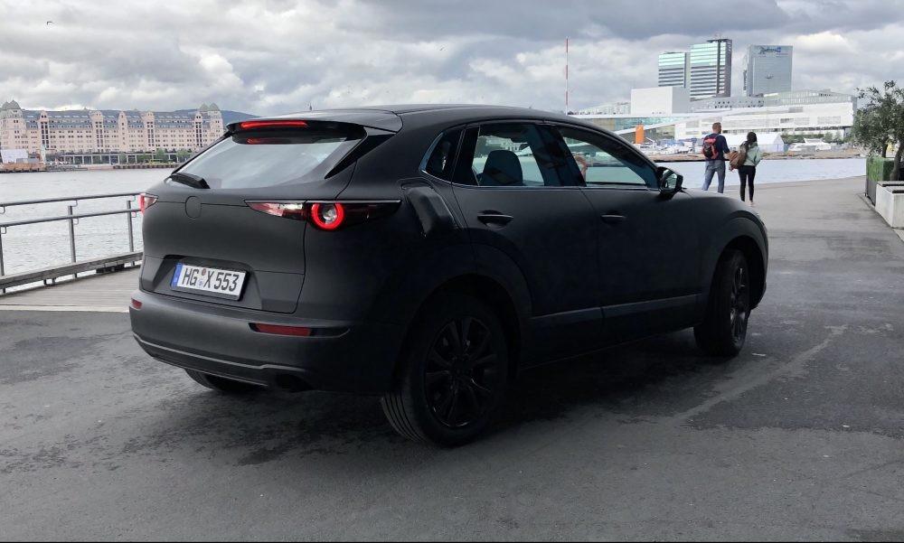 Nó được sơn ngụy trang màu đen hoàn toàn và có váng vẻ giống SUV CX-5