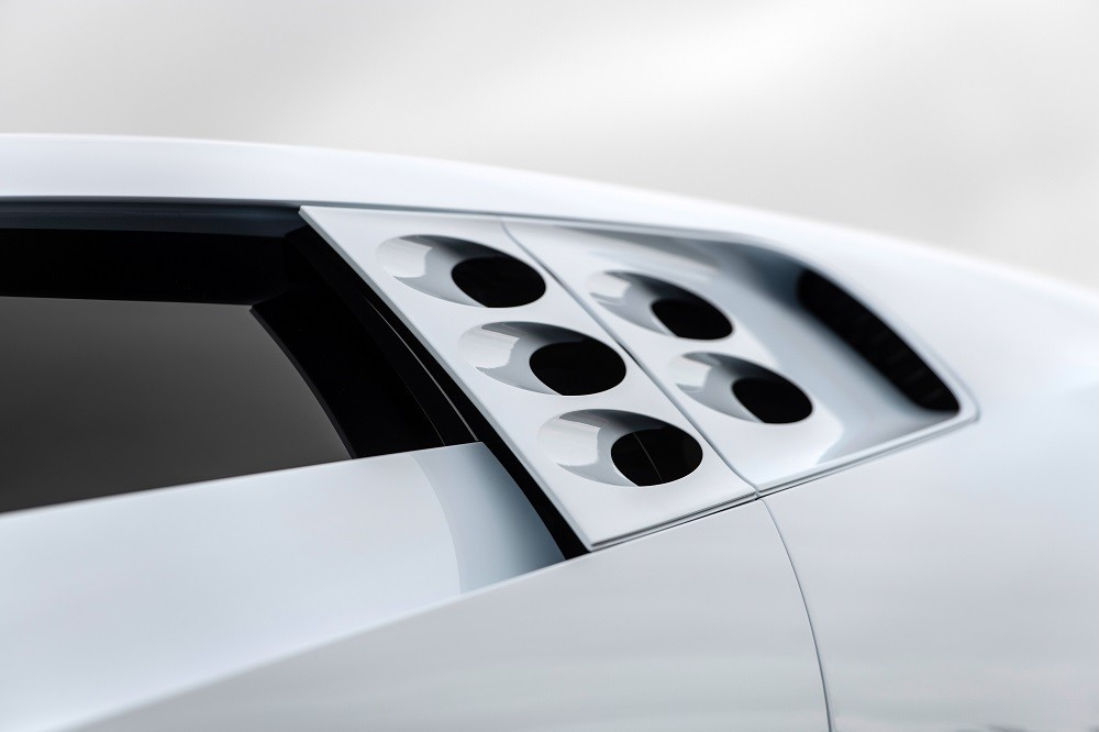 hình tròn nằm ngay sau cửa sổ bên sườn của Bugatti Centodieci