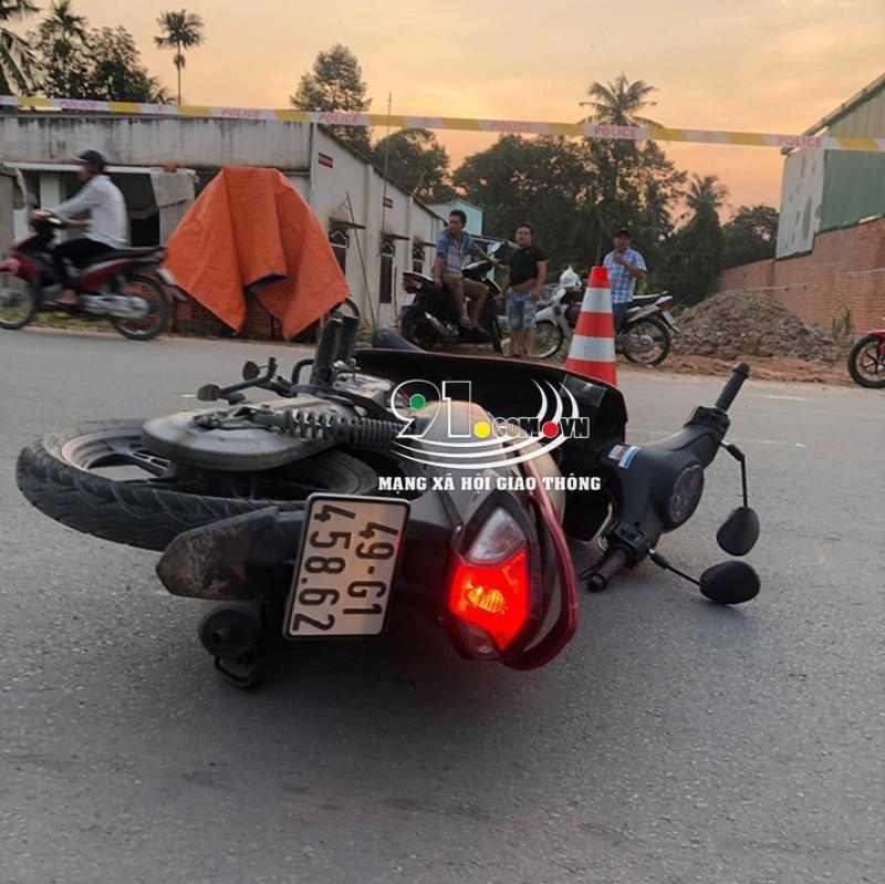 Chiếc xe máy của nạn nhân nằm đổ trên mặt đường