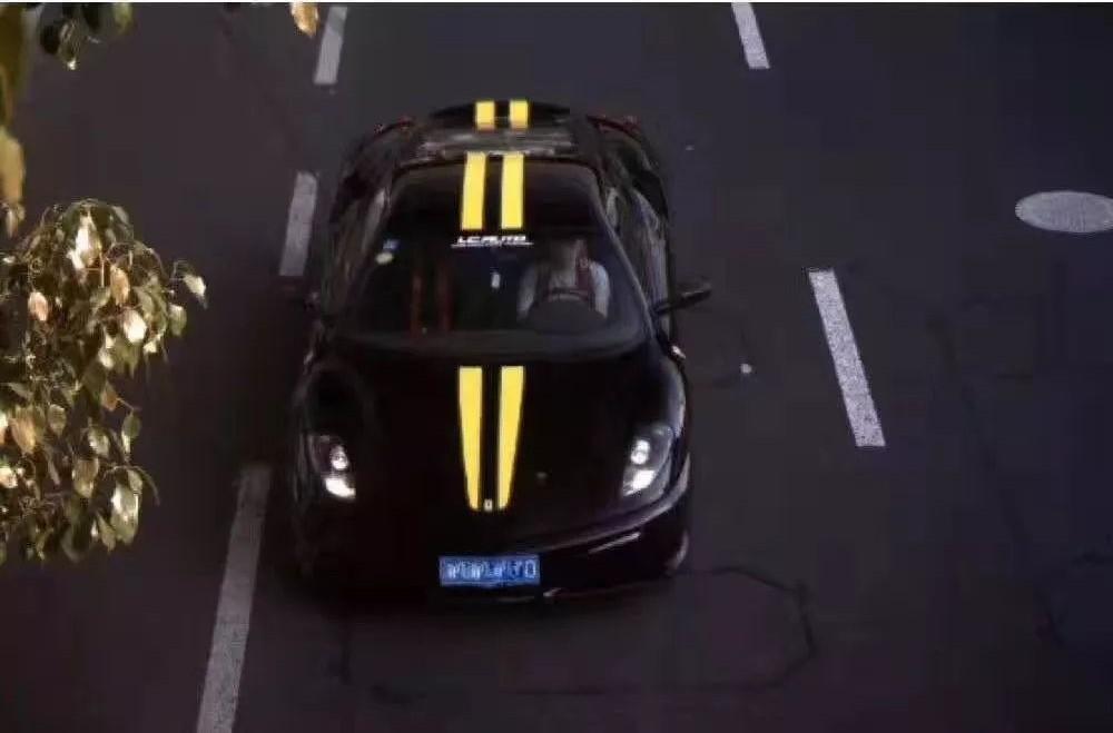 Bức ảnh do camera giao thông ghi lại làm bằng chứng để cảnh sát phạt chủ siêu xe Ferrari 430 Scuderia vì sử dụng dây an toàn không đúng theo quy tắc
