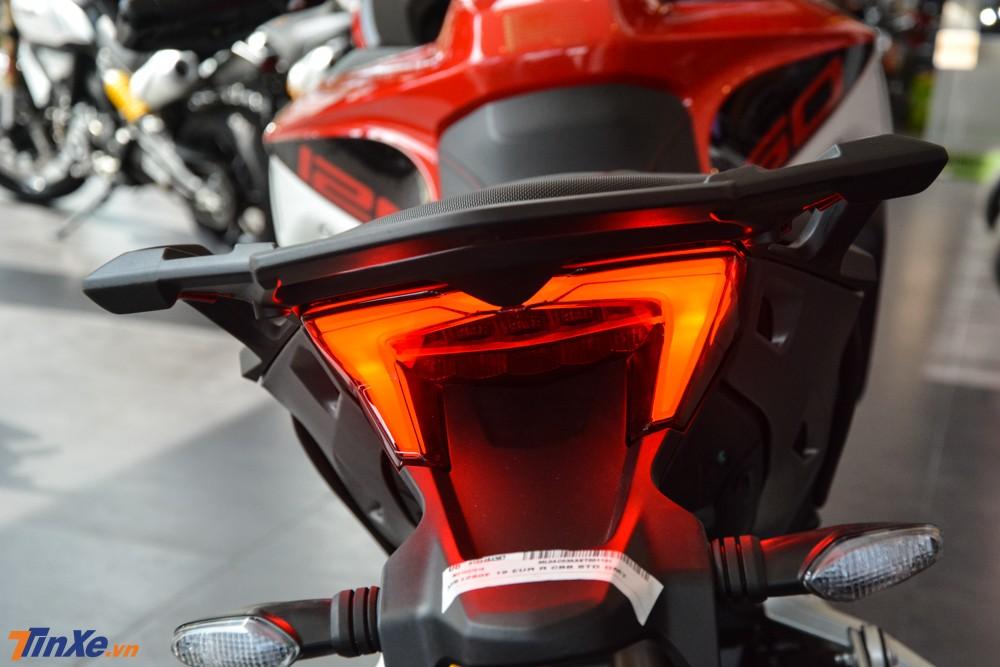 Đèn hậu cũng sử dụng công nghệ LED