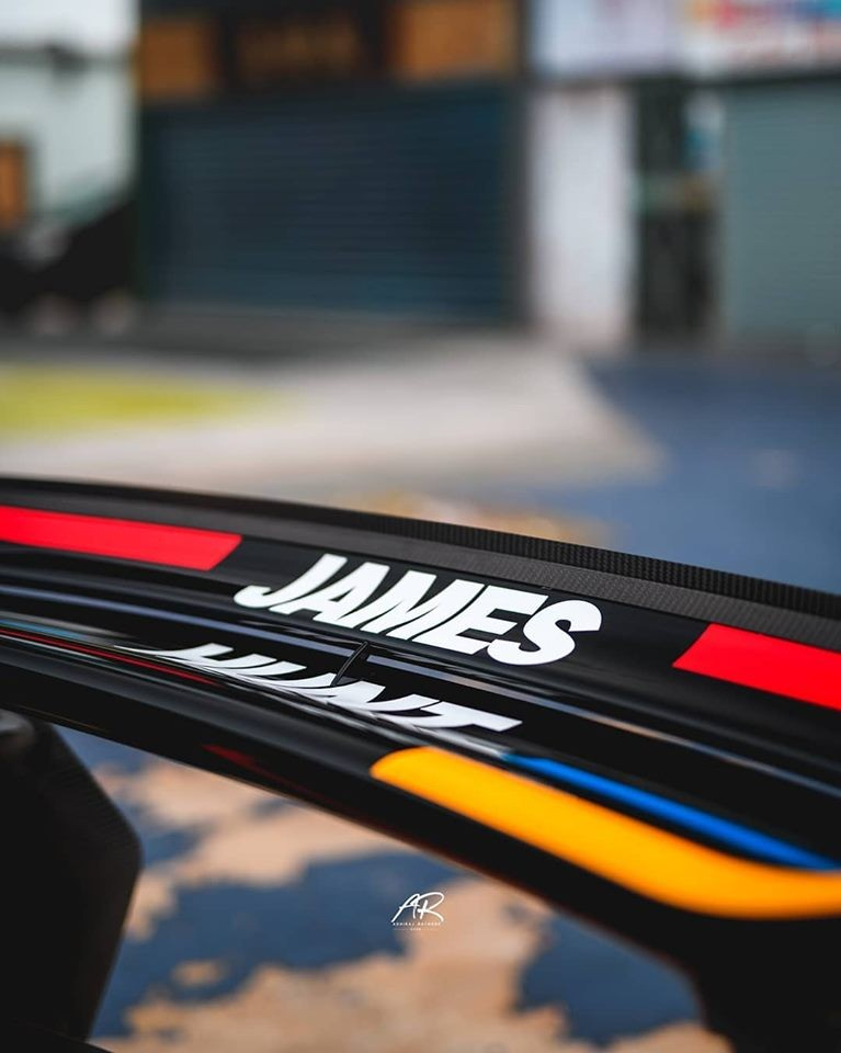 Dòng chữ James màu trắng trên cánh gió đuôi của McLaren P1 GTR James Hunt