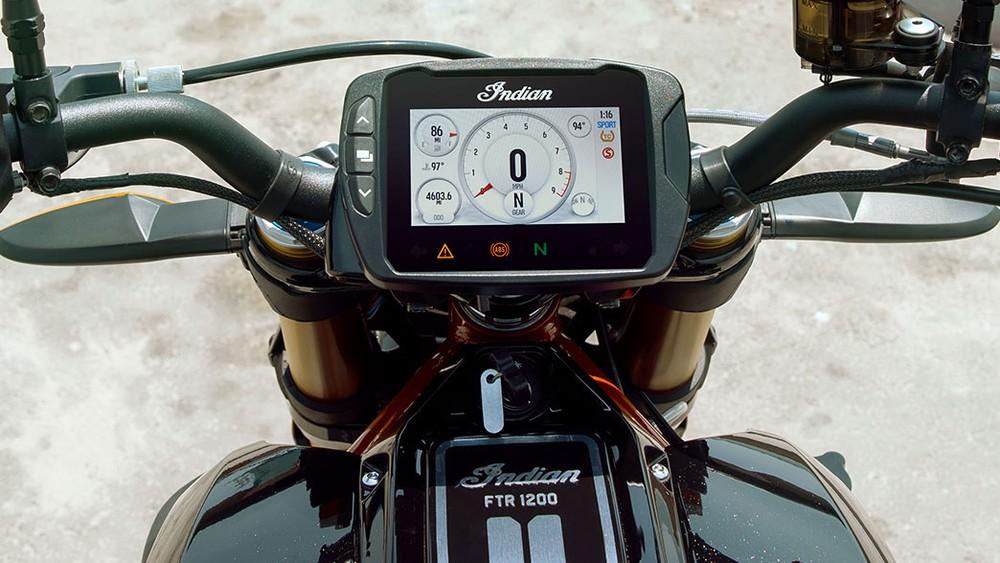 Đồng hồ điện tử hiện đại trên Indian FTR 1200