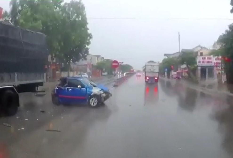 Chiếc Daewoo Matiz bị hỏng cả đầu lẫn đuôi xe sau tai nạn liên hoàn
