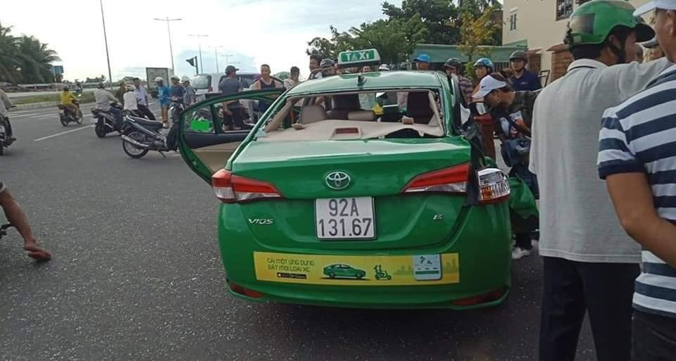 Hiện trường vụ tai nạn giữa taxi và ô tô tải