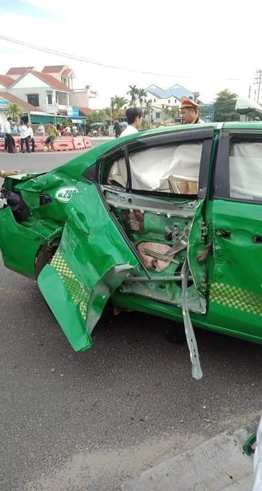 Chiếc taxi Toyota Vios đời mới bị hỏng khá nặng sau vụ tai nạn