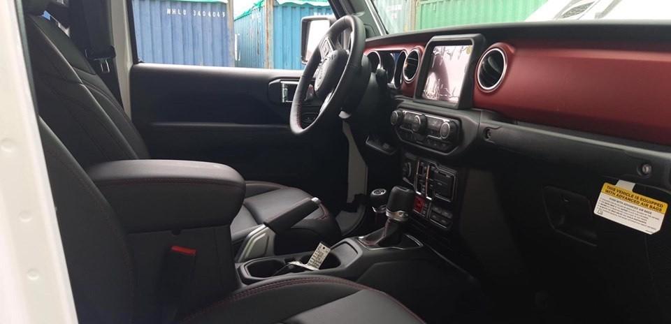 Nội thất của xe có sự kết hợp giữa 2 tông màu đen và đỏ đem lại cảm giác khá thể thao