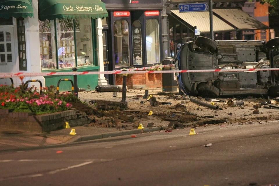 Hiện trường vụ tai nạn như vừa trải qua một vụ đánh bom