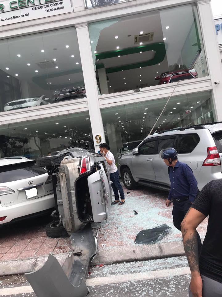 Bên cạnh đó, chiếc Lexus RCX350 cũng bị hư hỏng nhẹ. Còn chiếc Toyota Vios thì bị thiệt hại khá nặng nề.