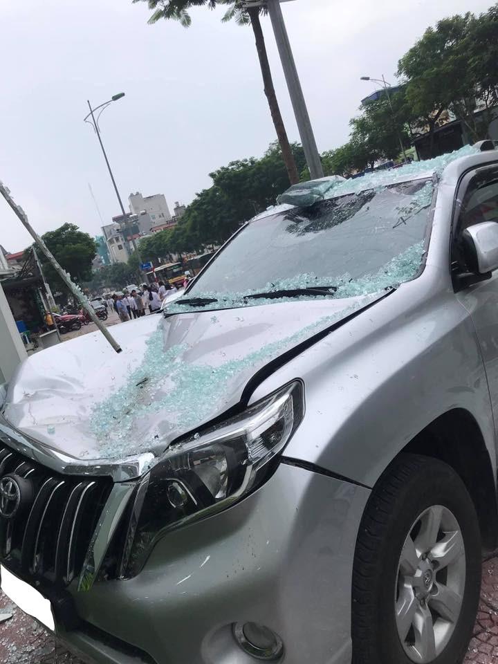 Chiếc xe Toyota Prado bị hư hại khá nặng ở phần đầu xe.