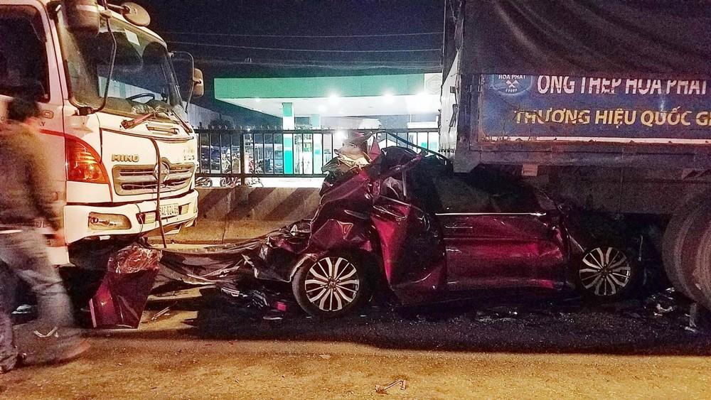 Cả gia đình ngồi bên trong chiếc Honda City đã thoát chết may mắn