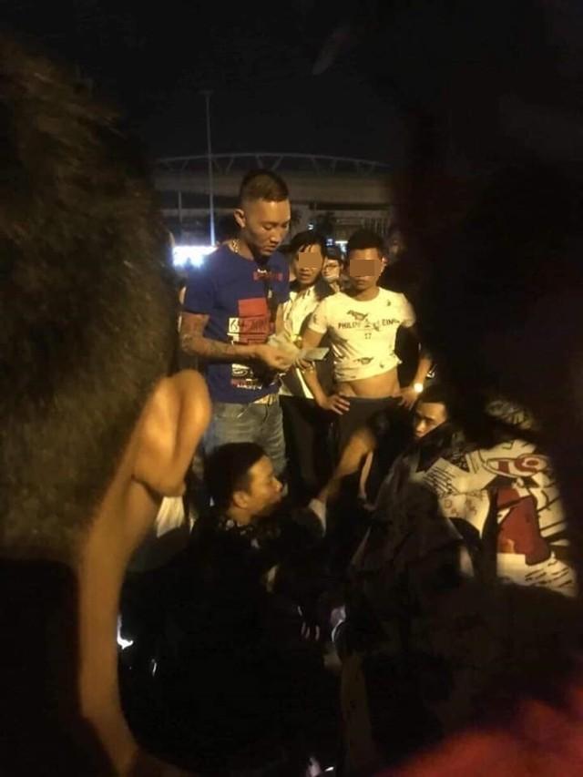 Hot Streamer Huấn Hoa Hồng xuất hiện tại hiện trường vụ tai nạn (Ảnh: Facebook)