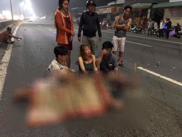 Người nhà của nam thanh niên có mặt tại hiện trường đau xót trước thi thể người thân