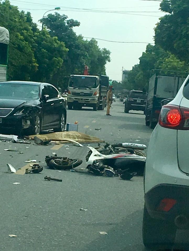Chiếc xe máy của nạn nhân bị gãy đôi sau vụ tai nạn
