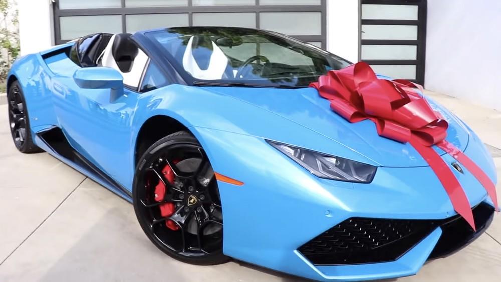 Chiếc siêu xe Lamborghini Huracan LP610-4 Spyder này là một món quà mà Dobrik nhận từ đối tác quảng cáo