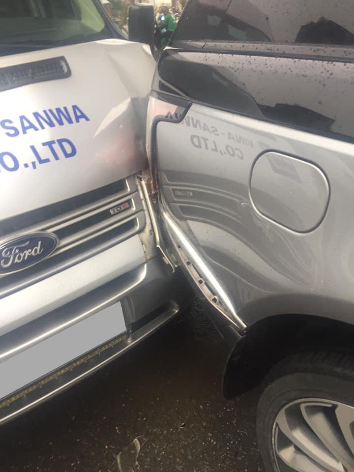 Cận cảnh thiệt hại của chiếc Range Rover Autobiography với cản va sau bung nẹp