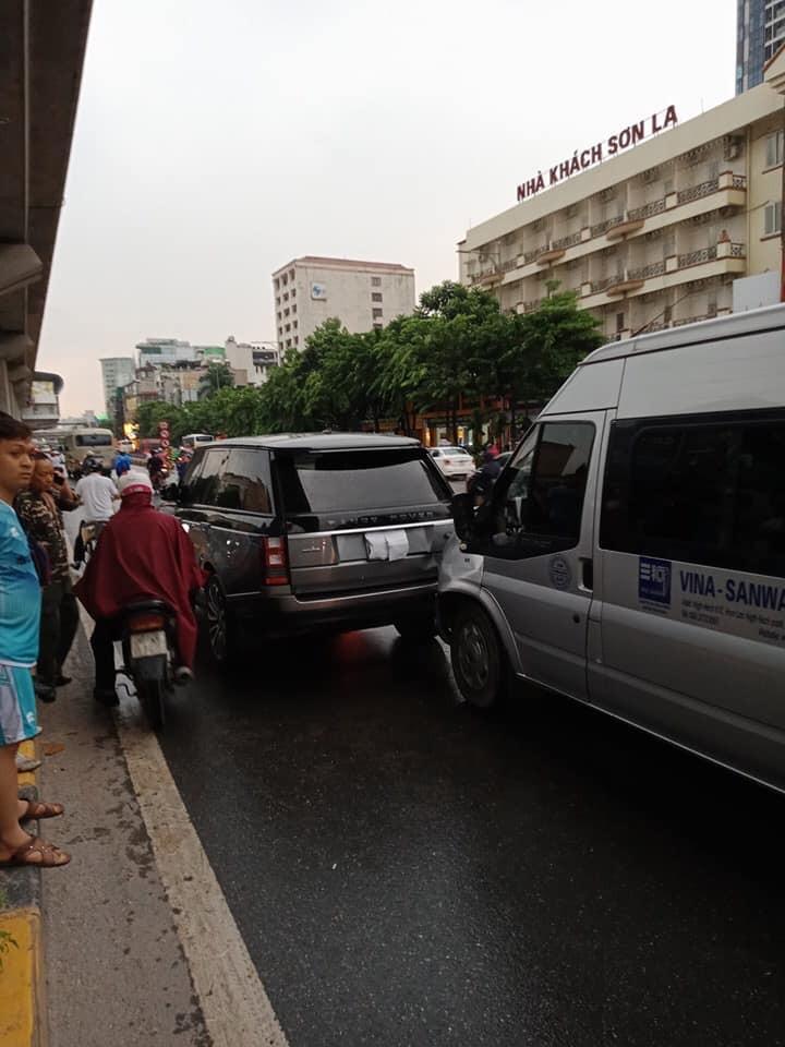 Hiện trường vụ tai nạn của Ford Transit tông vào đuôi xe SUV hạng sang Range Rover Autobiography