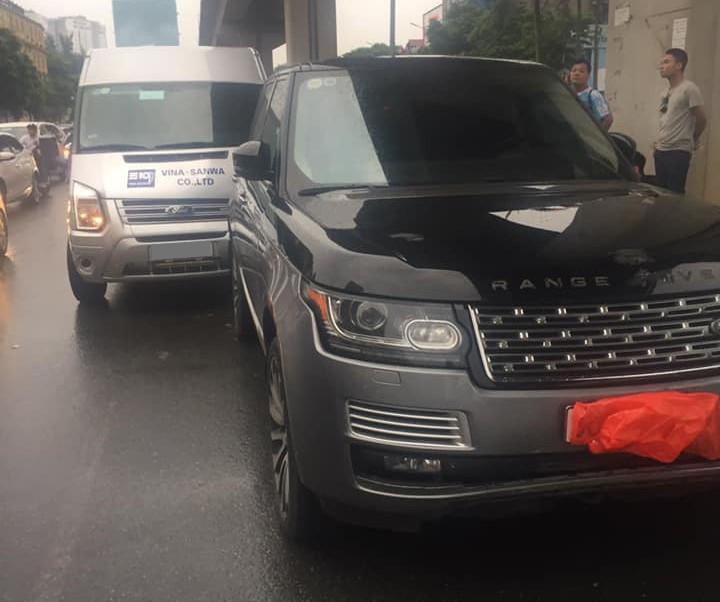 Ford Transit tông vào đuôi xe Range Rover hơn 8 tỷ đồng