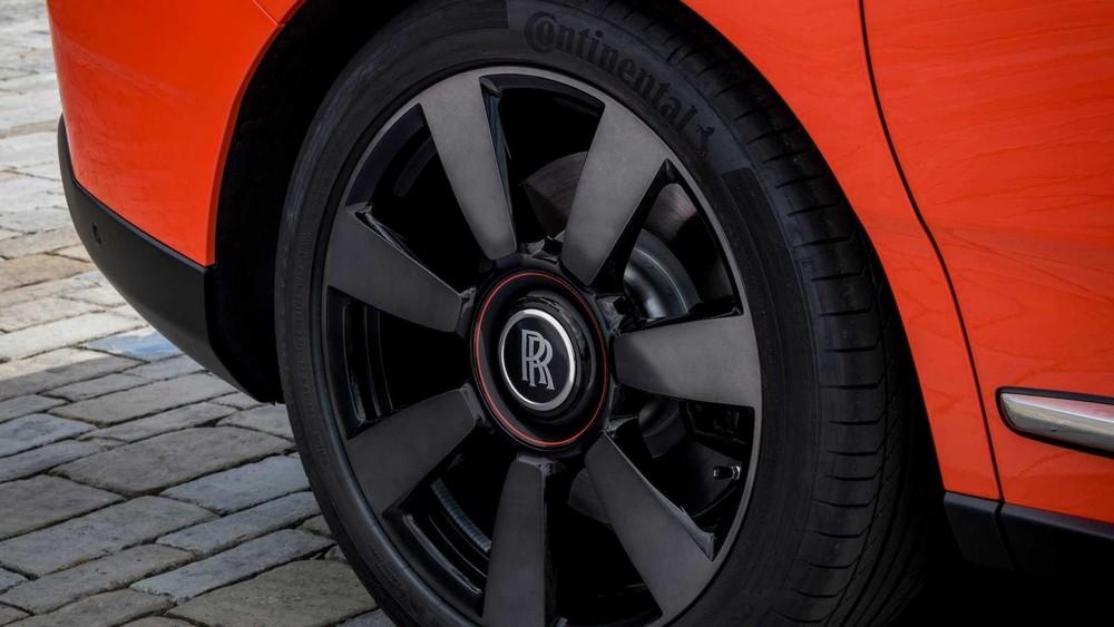 Bộ vành hợp kim màu đen tương phản với màu sơn cam rực rỡ