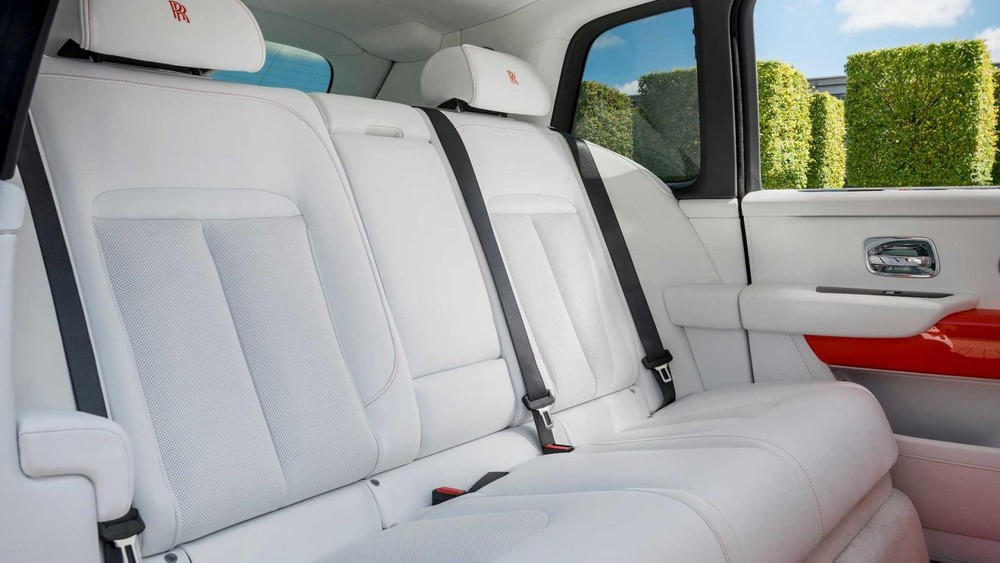 Ghế của chiếc Rolls-Royce Cullinan được bọc da màu trắng muốt