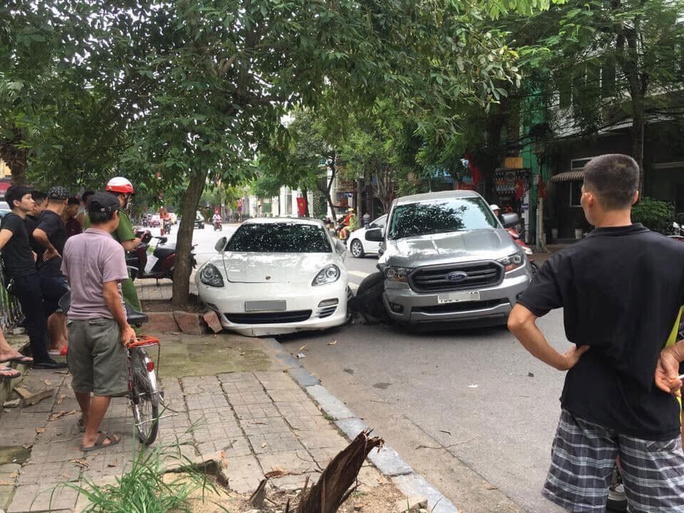 Hiện trường vụ tai nạn giữa 2 chiếc Porsche Panamera và Ford Ranger