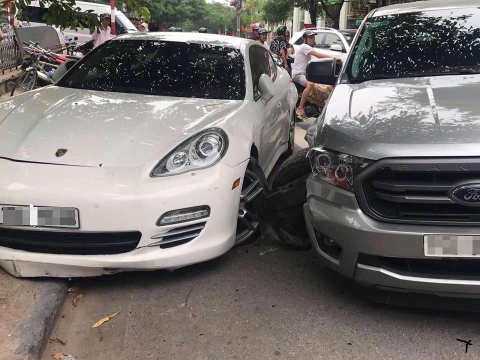 Chiếc Porsche Panamera bị đẩy đầu xe lên vỉa hè