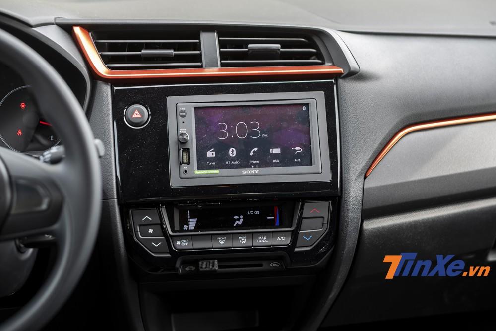 Màn hình trung tâm đa dụng, hệ thống âm thanh 6 loa chất lượng khá tốt, điều hoà tự động 1 vùng,... đó là những điểm cộng của Honda Brio.