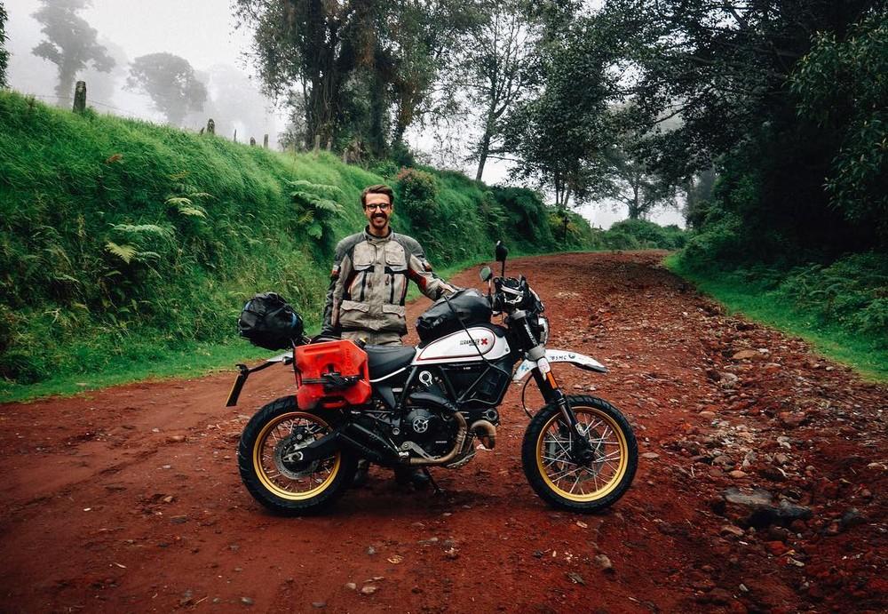 Henry Crew bên cùng chiếc Ducati Scrambler Desert Sled