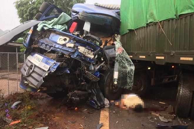 Hiện trường vụ tai nạn khiến tài xế xe tải văng ra khỏi xe, tử vong tại chỗ