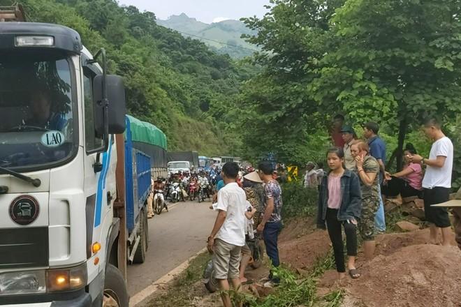 Hiện trường vụ tai nạn tập trung rất đông người hiếu kỳ và xảy ra tắc đường cục bộ cho đoạn đường (Ảnh: Facebook)