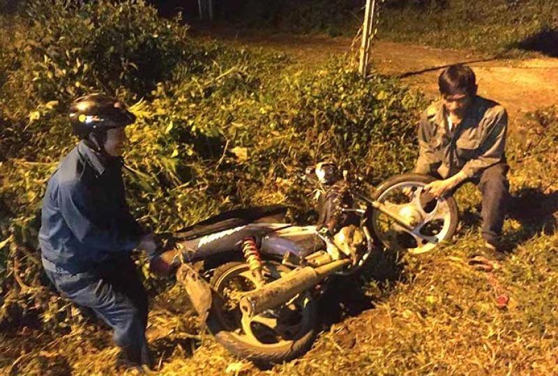 Một chiếc xe máy rơi xuống rãnh bên đường
