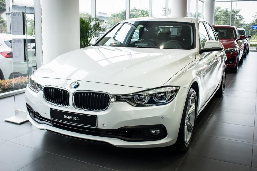 BMW 320i đang được đại lý giảm giá tới 275 triệu đồng