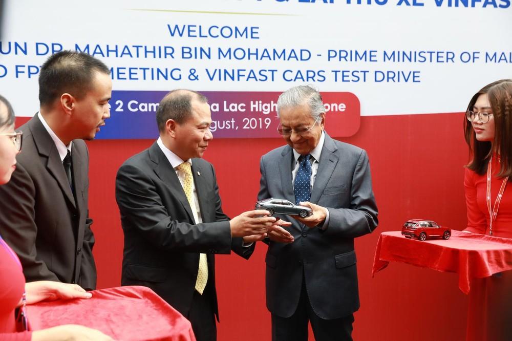 Sau khi trải nghiệm, ông Phạm Nhật Vưỡng đã gửi đến Thủ tướng Malaysia phần quà là những mô hình xe VinFast đẹp mắt