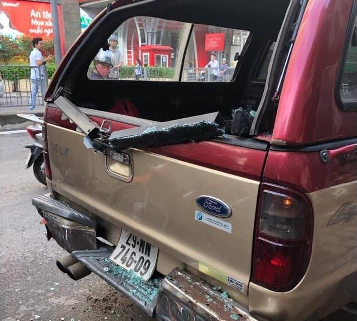 Chiếc xe bán tải bị hư hỏng phần kính hậu tại hiện trường vụ tai nạn